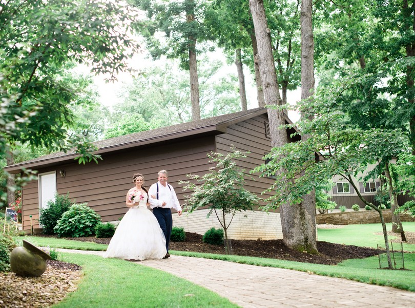 Lake-of-the-ozarks-wedding-photographer-Lindsey-Pantaleo-Osage-Beach-Missouri-Backyard-Wedding (24)